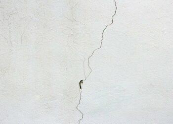 Réparer une Fissure au Plafond : Le Guide Complet